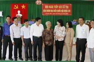 Quyền Chủ tịch nước Đặng Thị Ngọc Thịnh tiếp xúc cử tri tỉnh Vĩnh Long