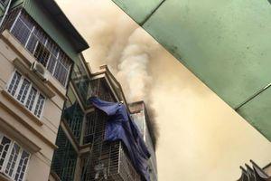 Cảnh sát PCCC phá cửa dập lửa trong căn nhà trên phố Núi Trúc