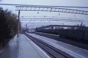 Sập cầu cao tốc ở Nga, 1 xe tải và 1 đoàn tàu thoát hiểm tích tắc