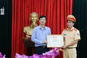 Đại úy CSGT Thanh Hóa được khen thưởng vì hành động đẹp cứu người bị nạn