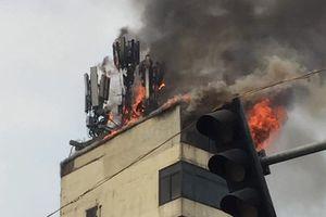 Clip lửa bùng phát dữ dội trên tầng thượng quán karaoke ở Hà Nội