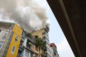 Video cháy quán karaoke X9 trên phố Hào Nam, khói bốc đen kịt