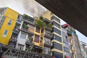 Cháy quán karaoke trên phố Hào Nam, huy động 8 xe cứu hỏa mới dập tắt