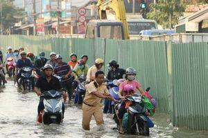 Người dân TP.HCM, Cần Thơ khổ sở vì triều cường dâng cao