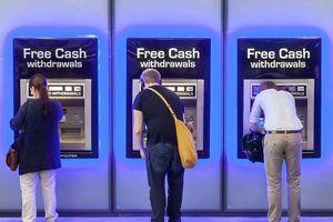 Anh: Người lao động lao đao khi thanh toán điện tử lên ngôi