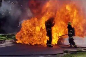 Lính cứu hỏa suýt bị thiêu khi dập lửa chiếc ô tô bốc cháy