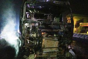 Xe container chở đường bốc cháy dữ dội trên Quốc lộ 1A