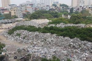 Núi rác thải xuất hiện gần khu dân cư hành hạ người dân tại phường Trung Văn