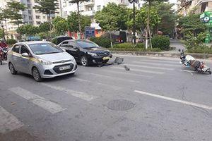 Hà Nội: Xe biển xanh đâm vào xe máy khiến học sinh nhập viện
