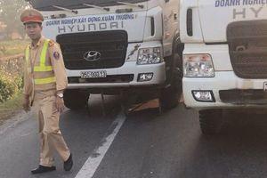 14 xe tải dàn hàng trên Quốc lộ, tài xế giật giấy tờ trên bàn CSGT