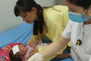 Quảng Ninh: Bé 32 ngày tuổi bị viêm da nặng do gia đình tắm nước lá