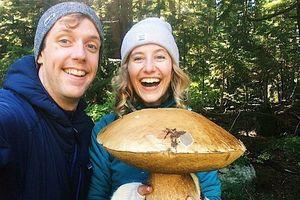 Cặp vợ chồng hái được cây nấm gần 3 kg