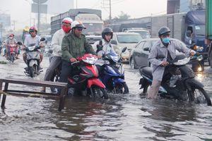 Công nhân trễ giờ làm vì triều cường dâng khắp Sài Gòn