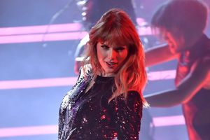 Taylor Swift gợi cảm, Jennifer Lopez máu lửa tại AMAs 2018