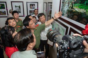 'Khổ luyện' chinh phục góc ảnh về Công an Thủ đô