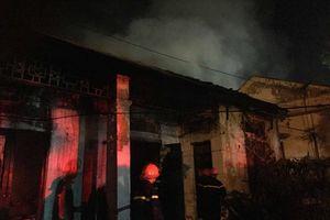 Nghệ An: Dập tắt đám cháy dãy nhà tập thể trong đêm