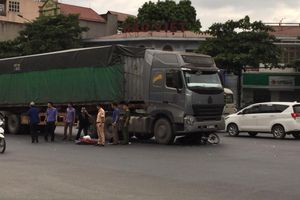 Tai nạn giao thông, 2 người đàn ông chết thảm dưới bánh xe đầu kéo