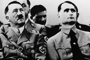 Nghi vấn giới tính thật của Hitler