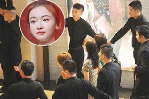 Dàn 20 bảo vệ vây quanh 'Anh Lạc' Ngô Cận Ngôn khiến fan 'nóng mắt'