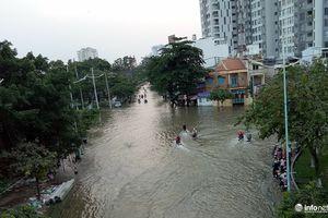 TP.HCM: Triều cường ngập nặng, đường thành sông, dân dở khóc dở cười