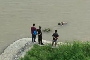 Phát hiện thi thể nam thanh niên nổi trên sông Cấm