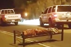 Phát hiện xác chết phủ chăn, bị buộc chặt vào giường ở giữa đường
