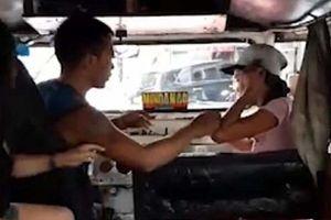 CLIP: Vợ và nhân tình đánh nhau 'tưng bừng' trên xe buýt