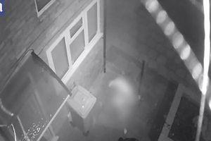 Thấy trộm định cuỗm xe máy, chủ nhà đang không mặc quần áo vẫn lao ra truy đuổi