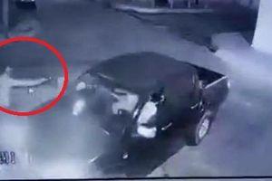 Clip: Cầm súng đi cướp bất thành, bị nạn nhân bắn gục