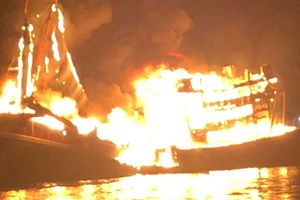 Tàu chứa 10.000 lít dầu bốc cháy trong đêm trên biển Phú Quốc