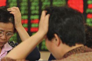 Đối diện những mối đe dọa từ Mỹ, chứng khoán Trung Quốc lao dốc
