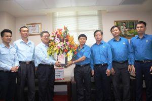 LĐLĐ Hà Tĩnh tặng quà, chúc mừng doanh nghiệp nhân Ngày Doanh nhân Việt Nam