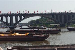 Hàng trăm thuyền vận tải trên sông biên giới Móng Cái nâng trọng tải trái phép