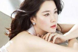 'Quý bà oxi' Lee Young Ae dùng con lăn để trẻ mãi không già