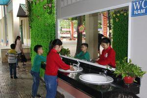 Cận cảnh nhà vệ sinh trường học đẹp không kém khách sạn