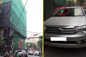 Sắt từ công trường xây dựng lại rơi, xuyên thủng ô tô ở Hà Nội