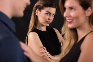 Tha thứ cho chồng ngoại tình để 'giữ gia đình' là khôn hay dại?