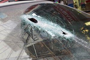 Sắt công trình rơi trúng xe ô tô 7 chỗ