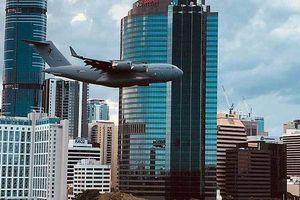 Xem máy bay khổng lồ len lỏi giữa các cao ốc