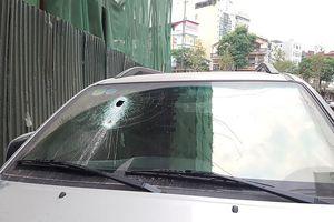 Hà Nội: Thanh sắt từ công trình xây dựng rơi xuống xuyên thủng kính xe ô tô