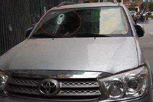 Hà Nội: Thanh sắt từ công trường xây dựng rơi xuyên thủng kính xe ô tô
