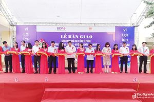 Bí thư Trung ương Đảng Phan Đình Trạc dự lễ bàn giao nhà học 2 tầng tại huyện Diễn Châu
