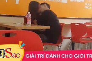 Đôi nam nữ học sinh cấp 3 giữa trung tâm Hà Nội diễn 'cảnh nóng' hơn 2 tiếng trong cửa hàng tiện ích