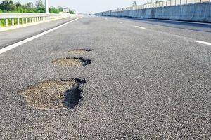 Ổ gà, ổ trâu chi chít trên cao tốc ngàn tỷ: Công ty CP dịch vụ đường cao tốc Việt Nam phải chịu trách nhiệm?