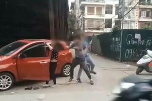 Clip: Chồng giật tóc, đấm đá vợ túi bụi trên phố mặc con nhỏ gào khóc