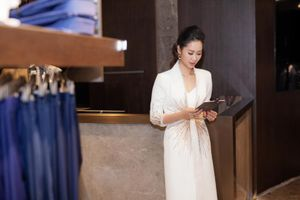 Dương Thùy Linh mặc lại váy cũ kín đáo đi làm MC