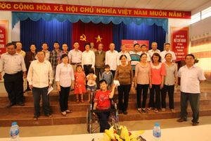 Cơ quan đại diện phía Nam - Báo Nhân đạo và Đời sống trao tiền nuôi dưỡng nạn nhân da cam