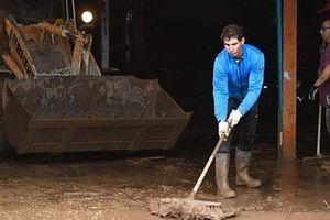 Rafael Nadal dọn dẹp đường phố sau trận lụt