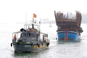 Tàu câu mực cùng 45 ngư dân bị chìm ở vùng biển Trường Sa