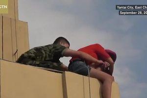 Clip: Nghẹt thở xem lính cứu hỏa Trung Quốc cứu phụ nữ đòi nhảy lầu tự tử